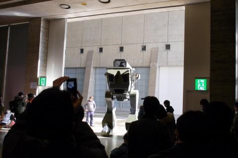 なんか排ガス臭いと思ったら巨大ロボが居たんですよね。どうも抽選で乗れたみたいです。 日本人はバカだな?